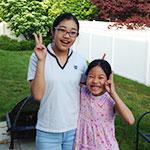 アメリカ・コネチカット州で暮らしていた家の庭で、5つ歳の離れた妹と一緒に。