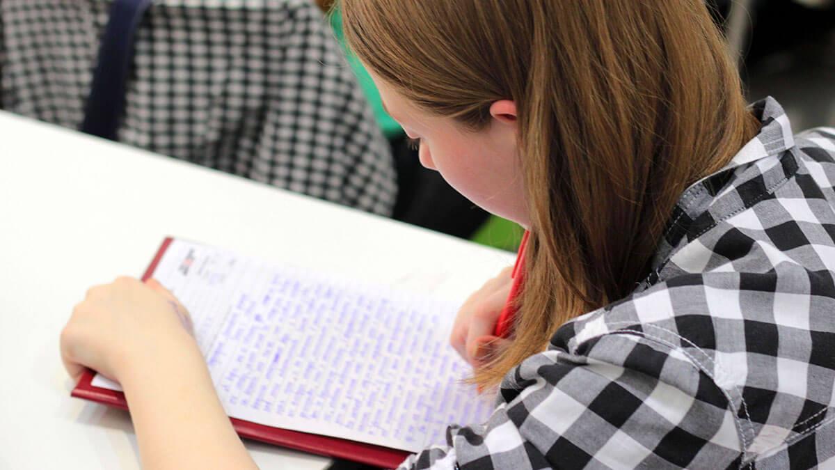 """中学1年生の約2人に1人が、勉強で困った時に頼るのは""""親""""と回答"""