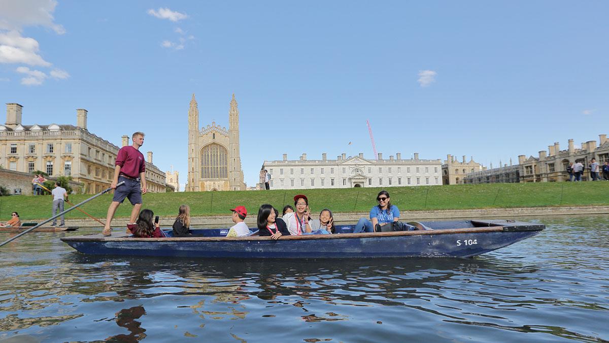 「ケンブリッジ大学」を背景に記念撮影