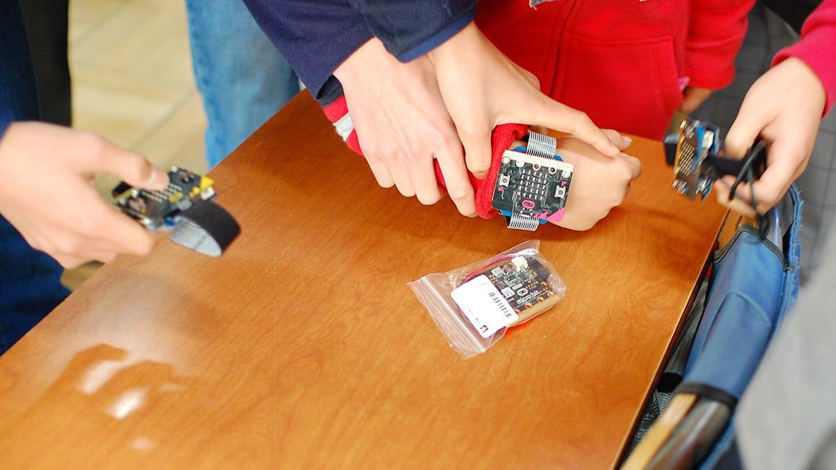異なる学年の児童が交流を深めながら、コンピューターを使った遊びを体験