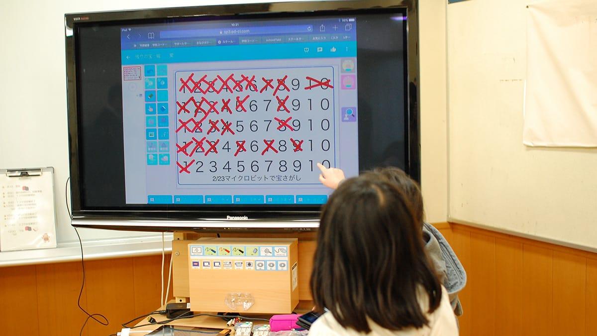 宝が発見されると、各教室のモニターにリアルタイムで表示される。