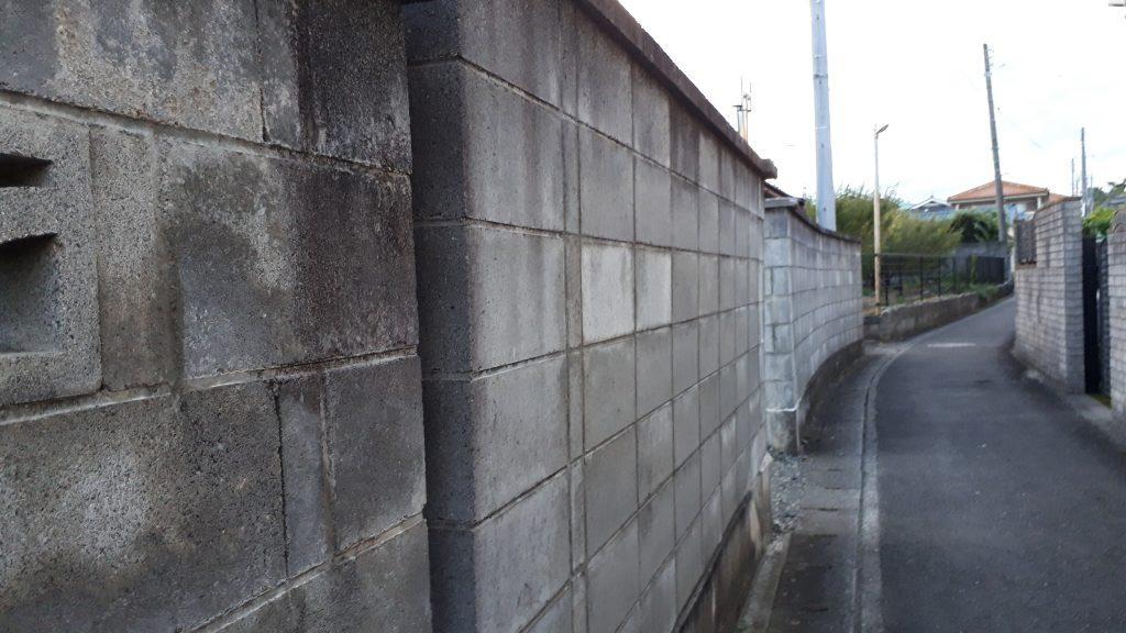 平成30年の倒壊事故を受け、ブロック塀等を有していた学校施設の安全点検・対策が進捗